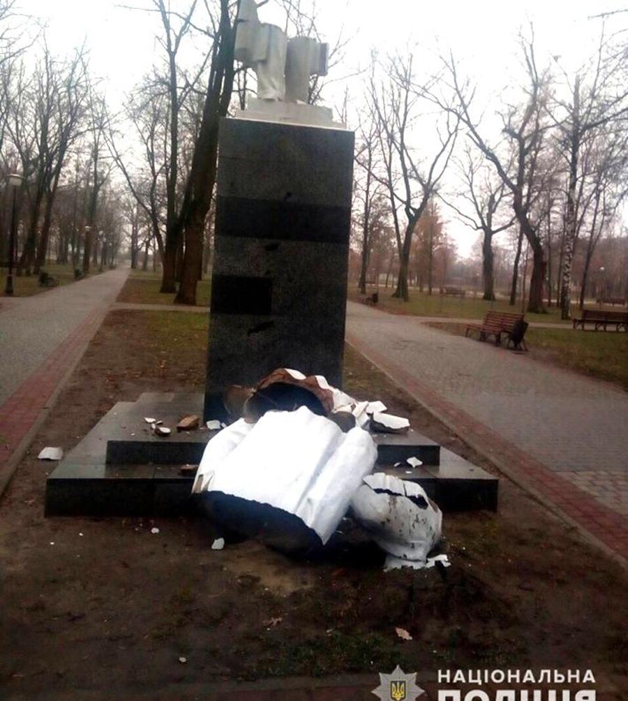 Патриотический вандализм? В Харькове ночью разбили памятник