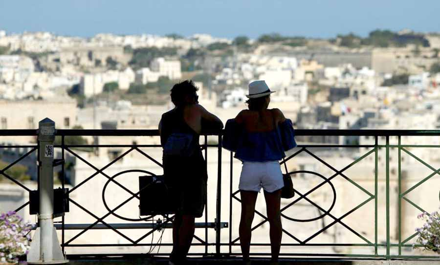 Мальта заманивает туристов деньгами
