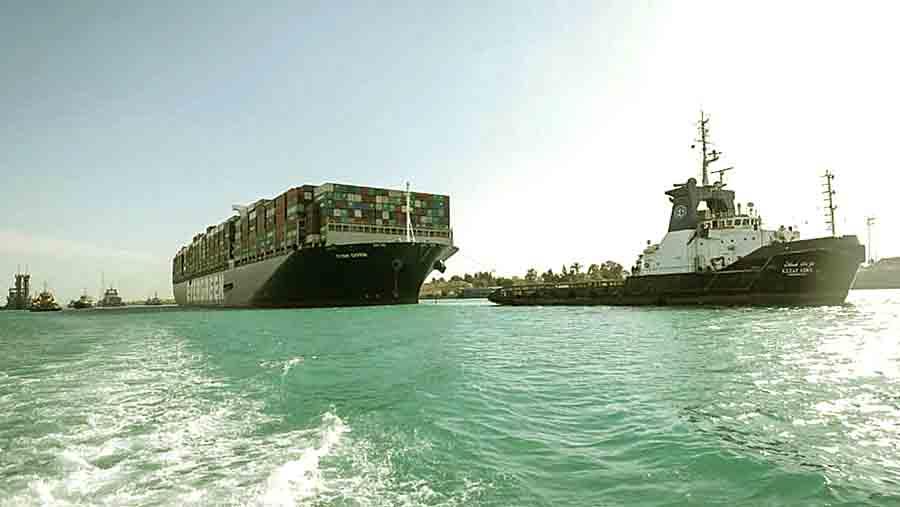 В Суэцком канале восстановлено движение кораблей