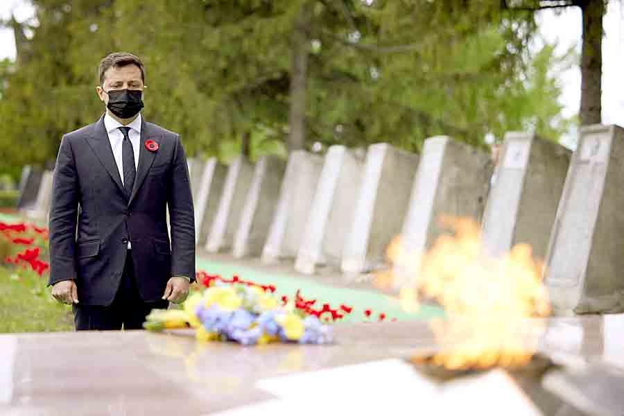 Зеленский и послы стран «Большой семерки» и ЕС возложили цветы в Меловом