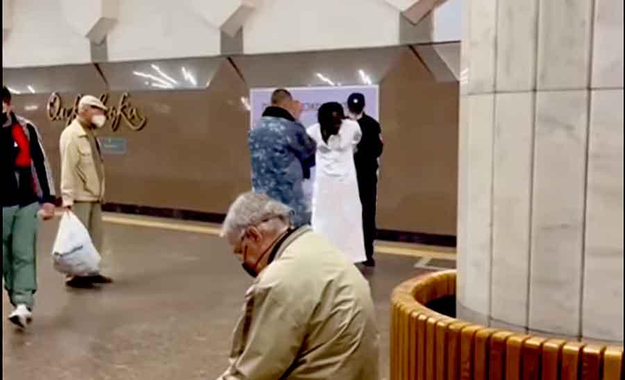 В Харькове чернокожий прыгнул под поезд метро: видео