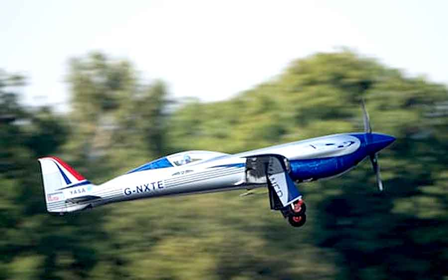 Электро-самолет Rolls-Royce впервые взлетел: видео